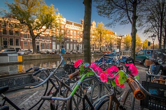 Fietsroute Amsterdam; vier leuke ontdekkingstochten voor toeristen en toeristen in eigen stad